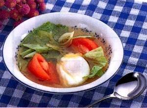レタスとトマトと落とし卵のスープ